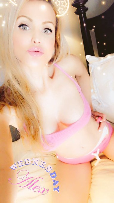 2 pic. Online @CamWithHer in about 20 mins!  Woot woot! See you then! https://t.co/AD4zXj4FRN