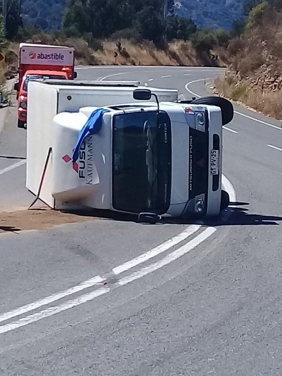 RT @OlmueComunica Equipo de Emergencia de Municipalidad de #Olmué acudió hoy a apoyar a @bomberosolmue y @Carabdechile por volcamiento de camión en kilómetro 17 de #RutaF10G #LaDormida despejando la vía #CesfamDeOlmué reporta conductor herido leve.