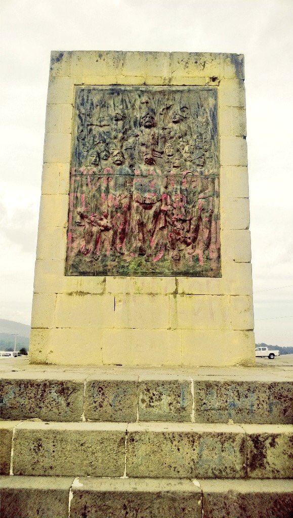 posiblemente el unico monumento donde aparece hernan cortes se encuentra en el paso que se encuentra entre los dos volcanes nevados de la cuenca de mexico popocatepetl e iztaccihuatl el mismo que cruzo en 1519 para llegar a tenochtitlan