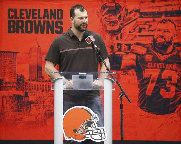 Joe Thomas lampoons Browns at farewell p...