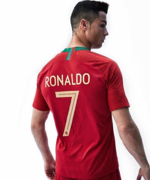 Portugal apresenta novas camisas 1 e 2 para a Copa do Mundo com @Cristiano Ronaldo de modelo; VEJA FOTOS: https://t.co/dh6nXPm0F4