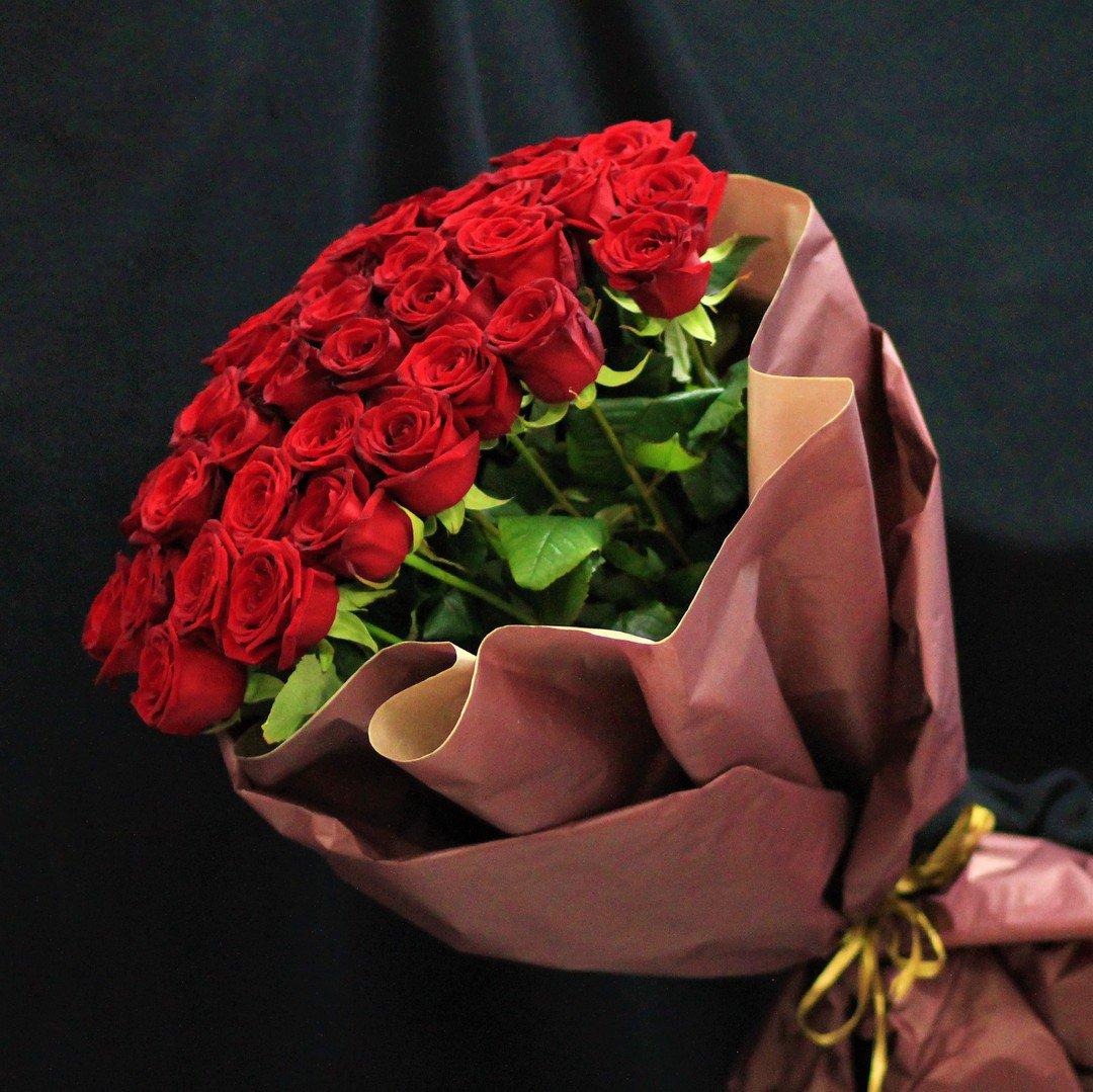 Цветов, состав букет красных роз в руками