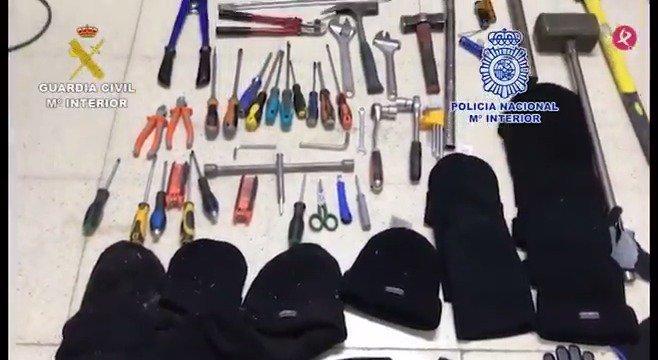 AVANCE | Operación conjunta de @guardiacivil y @policia para desarticular un grupo dedicado al robo en polígonos y comercios. Actuaron en al menos 39 robos en 11 provincias, entre ellas Cáceres y Badajoz. Hay 5 detenidos. Más detalles en boletines📻 y #EXN1📺 https://t.co/COutNWoOwm