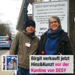 Hinz&Künztlerin Birgit verkauft jetzt zweimal im Monat unsere Zeitung vor der Kantine des @DESY in Bahrenfeld. Diese tolle Idee hatte Jutta Beckmann vom DESY-Betriebsrat (im Foto rechts). Wenn ihr auch einen Verkaufsplatz in eurer Firma anbieten wollt, meldet euch doch bei uns!