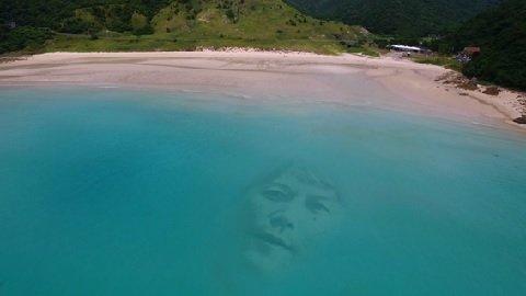 【どうしてそうなった】福山雅治、島になる 長崎の観光PR動画で https://t.co/YmNw86TmrO  島の魅力を伝えるため、思案する福山。思いついたのは「そう、島になる」ということだった・・・。
