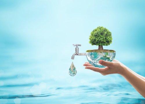 Cuidar da água é cuidar da saúde. Você já deve ter ouvido falar que sem água não sobrevivemos muitos dias. O total existente de água no corpo é de 75% na infância e mais da metade do corpo é água na vida adulta.  Saiba mais: https://t.co/h7njQxFysM
