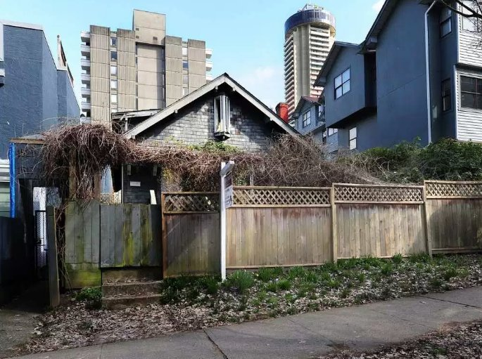 This rundown residence on Barclay Street in downtown Vancouver needs only a little TLC — and a buyer with $6.8 million. Are you shocked by this price, even in pricey Vancouver? #VanRE > Comment in our new FB discussion group: https://t.co/BMuJXqcuCk