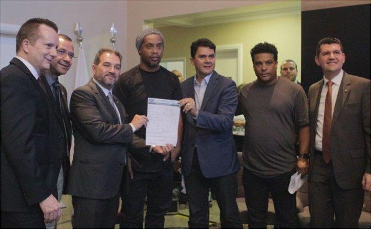 Ronaldinho Gaúcho se filia ao PRB e deve disputar eleições pelo Distrito Federal https://t.co/ChYRVVInYw