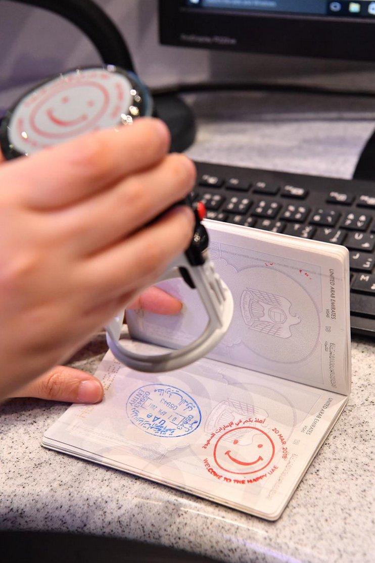 Картинки по запросу Аэропорт  в ОАЭ - смайлик вместо печати