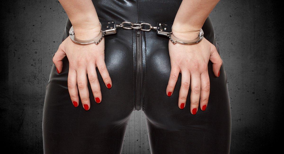 спомена, рабыня носит на руках госпожу халат, она