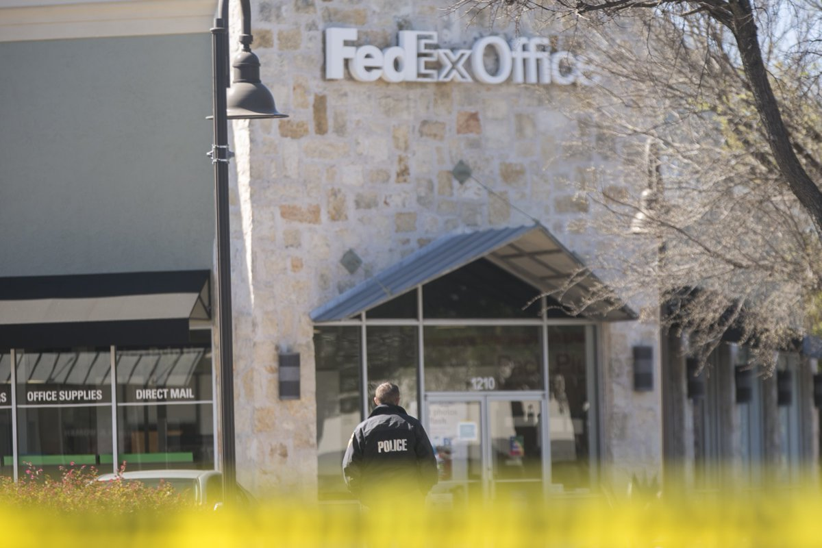 Authorities Swarmed A FedEx Office Facility In Austin Earlier Today.  #AustinBombingspic.twitter.com/Kk7owtA6Bv