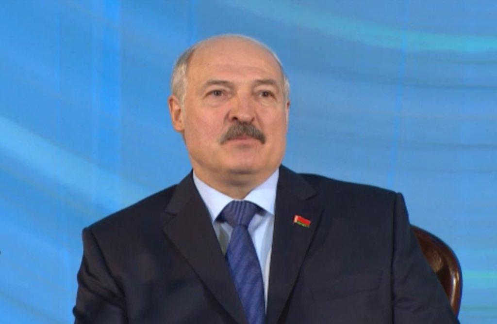 Лукашенко: Русские - это наши братья. Бывает, и молоко не пускают, и сахар не разрешают там продать, и нефть перекроют, и газ. Всякое бывает. Так и мы же не святые. Но это не значит, что это наши враги. Нам кто прежде всего руку помощи протянет? Русские