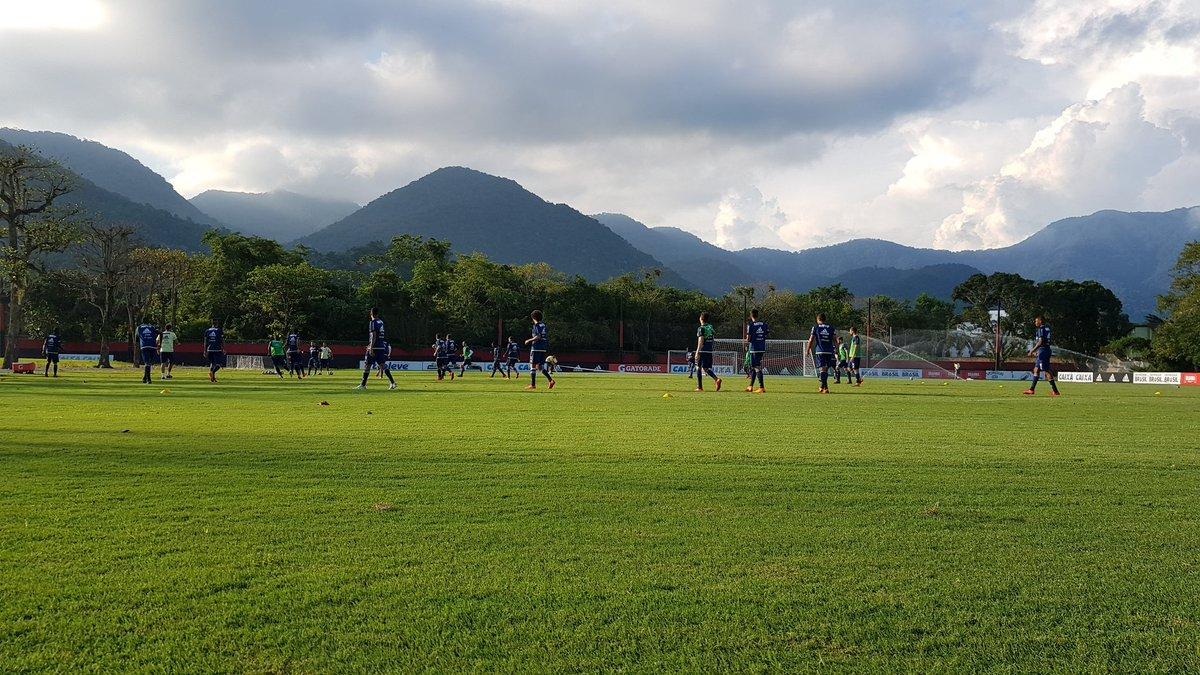 Jogadores já estão no campo 4 para o treino com bola. #CRF