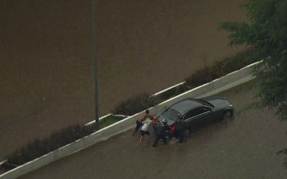 Chuva coloca São Paulo em estado de atenção e alaga importantes vias da cidade https://t.co/8p9l8fgtC0 #G1SP