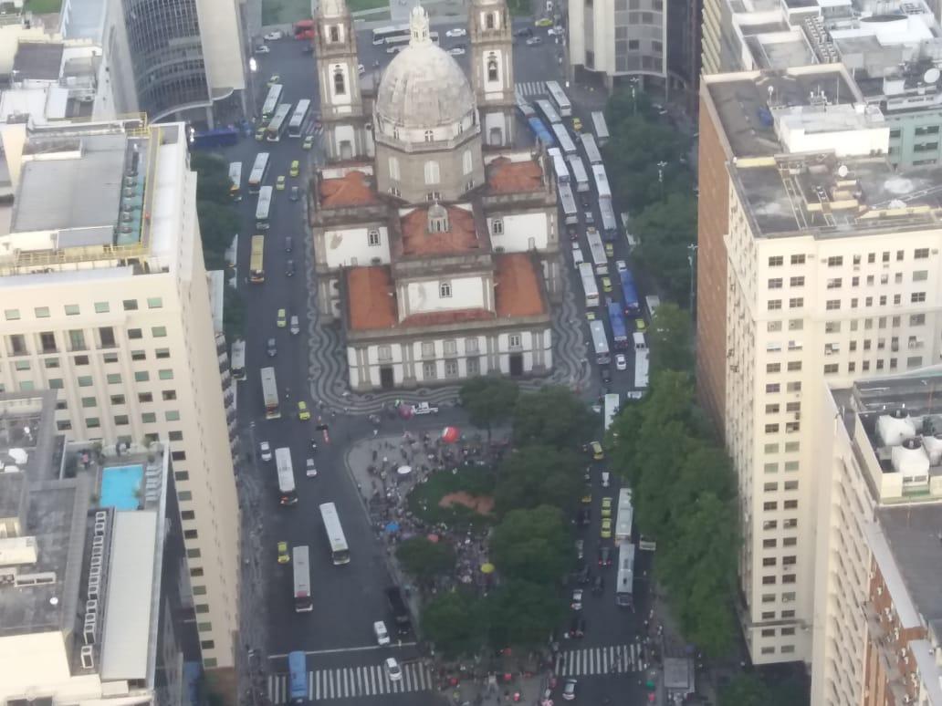 Manifestantes se reúnem em frente à Igreja da Candelária no Centro do Rio em homenagem à vereadora Marielle Franco e Anderson Gomes, assassinados na última quarta-feira (14).