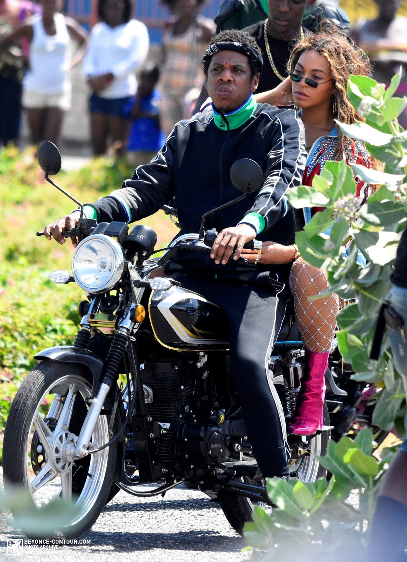 NEW PHOTOS: Beyoncé & JAY-Z on the set of a new video in Jamaica (Mar. 20) https://t.co/H6aJPLDMMO https://t.co/UVbwmOu3l8