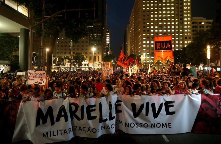 Ato por Marielle e Anderson reúne milhares no centro do Rio https://t.co/tELQB0qv5V