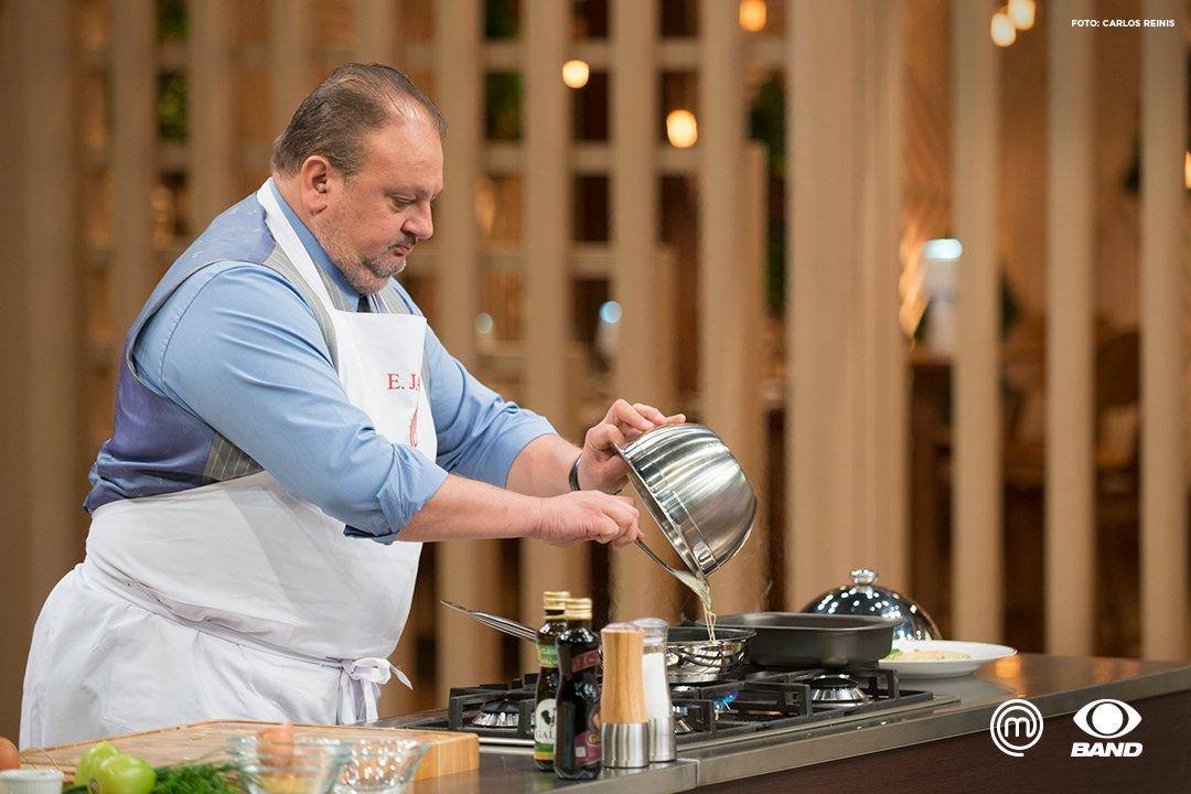 Tem coisa mais elegante que cada movimento desse homem na cozinha? 😍#MasterChefBR