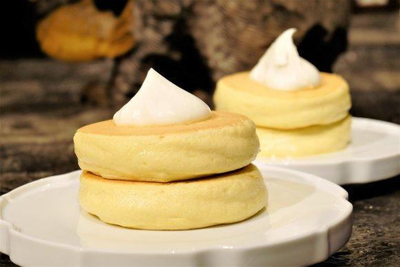 札幌で人気の『椿サロン』が3月19日に銀座にオープン! じっくり焼き上げられた「ほっとけーき」はふわっふわの食感♪ ほんのり甘くて、しかも無添加! ラグジュアリーな店内でこんな美味しいパンケーキを味わえば、 もう最高に幸せですよ~ ⇒https://t.co/uviosOACqjメシコレ