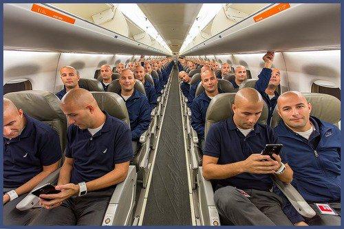 【こっち見んな】1人で飛行機の全座席に座って記念撮影、写真を全部合成してみた男性 https://t.co/prL1tKj1at  顔はいっしょ、服装も一緒というありえない構図がシュールですね。