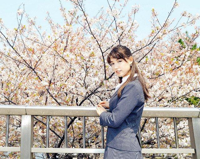 桜の前に立つトラウデン直美