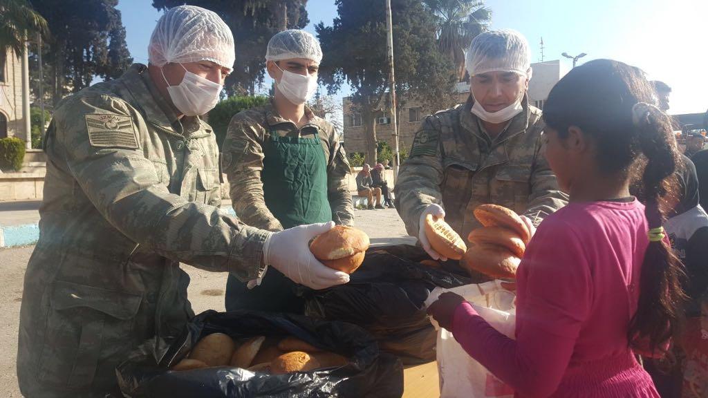 Mehmetçik Afrin halkı ile ekmeğini paylaşıyor...