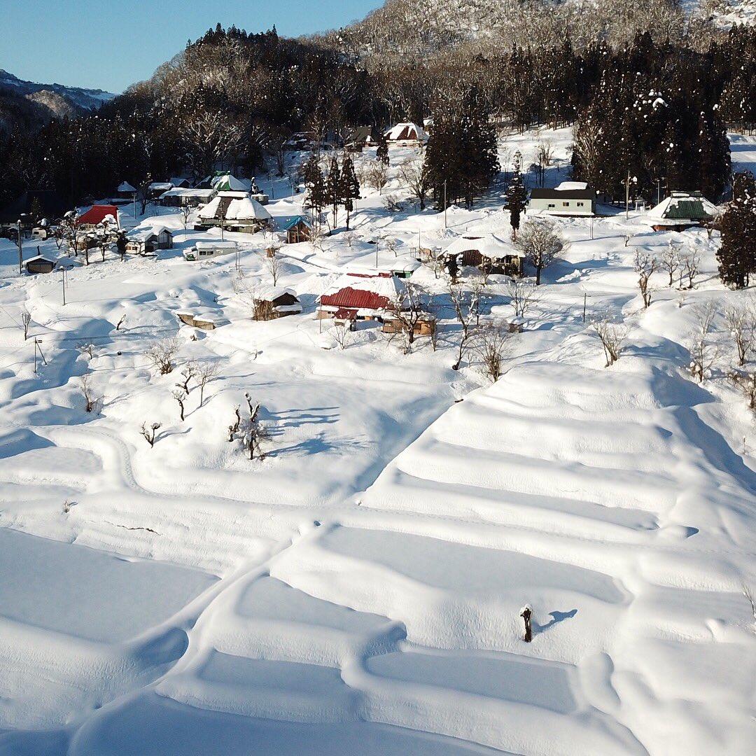 雪に覆われた田で春には田植えが行われ、トタンに覆われた古民家では日々の暮らしが行われて、そんな日々の営みが重ねられてきた風景。  pic.twitter.com/W8Bf85h4VA