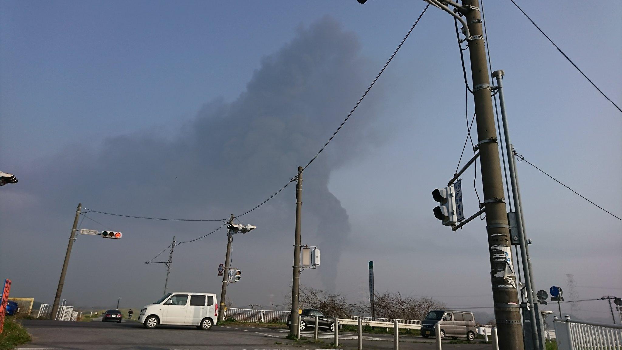 画像,坂東市で火災かなー。ものすごい黒煙(汗) https://t.co/QxE1ZmsHj5。