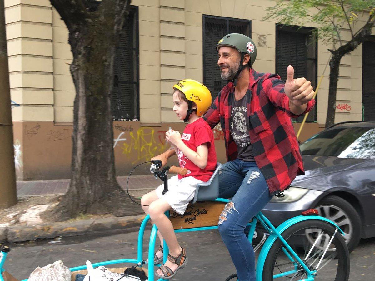 Una hermosa escrachada por la madre e hija de mi amigo que loco es verse desde el otro lado. gracias genias!!! #bicicleta #bicicargo #cargobike #padreehijopic.twitter.com/Z3w4WoHZL6