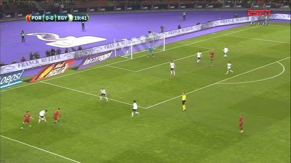 Cristiano Ronaldo dá lindo toque de calcanhar, mas Bernardo Silva tem chute bloqueado VEJA O LANCE: https://t.co/Wwb1QPHrrs #AmistosoNaESPN
