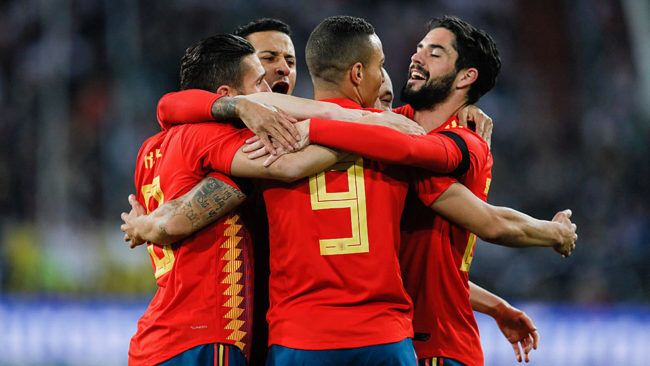 HALF-TIME: @DFB_Team_EN 1-1 @SeFutbol  A lot of quality on display in Germany this evening.  Two superb goals, from Rodrigo and Muller, mean the scores are level at the break.  LIVE BLOG: https://t.co/IRDKFxL3Ur
