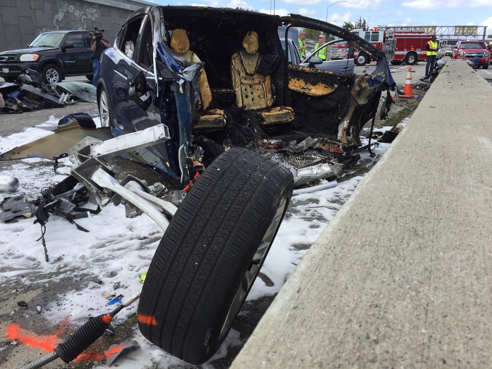 画像,Here is the scene on Highway 101S in #MountainView where a #Tesla caught on fire…