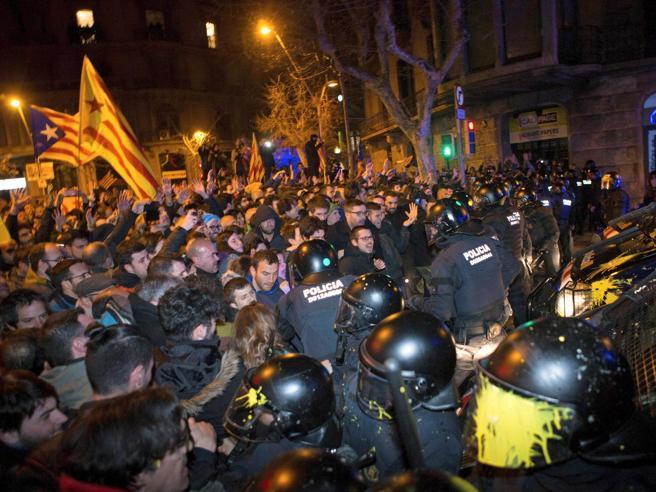 Catalogna,  migliaia  in piazza contro il mandato d'arresto di Puigdemont  https://t.co/OfS0kWWIni