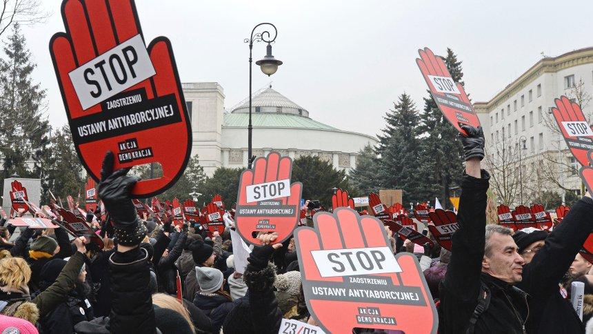 Polen: Zehntausende demonstrieren gegengeplantesAbtreibungsgesetz https://t.co/cIMpv38goG