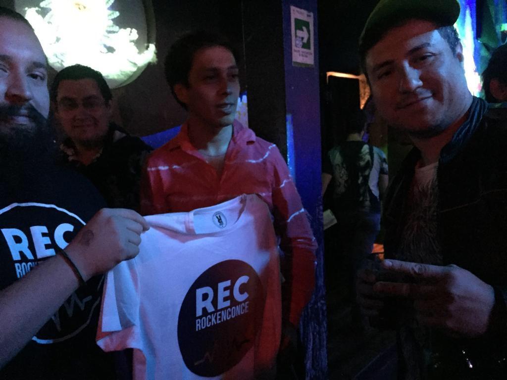 ¡Merchandising de @RockEnConce en el sho...