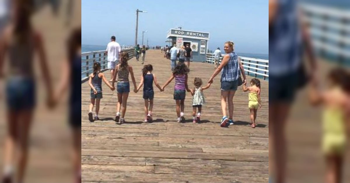 Esta joven madre posa con 6 hermosas hijas. Pero espera a que las veas cuando volteen https://t.co/SmXhhv4vOS https://t.co/oYSTugtKBA