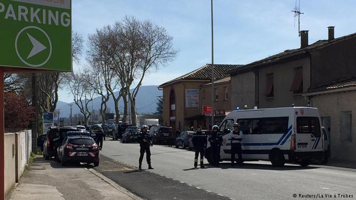 Французский полицейский Арно Белтрам обменял себя на заложника в ходе теракта. Белтрам скончался сегодня в больнице, ему было 45 лет https://t.co/RueE5KwkiJ
