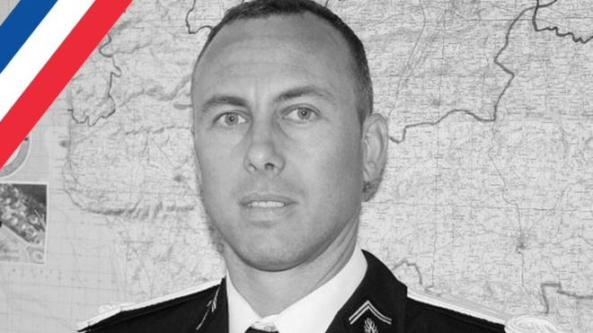 Arnaud Beltrame: el policía que murió tras intercambiarse con una rehén en el ataque en Francia https://t.co/tNlTooDRor