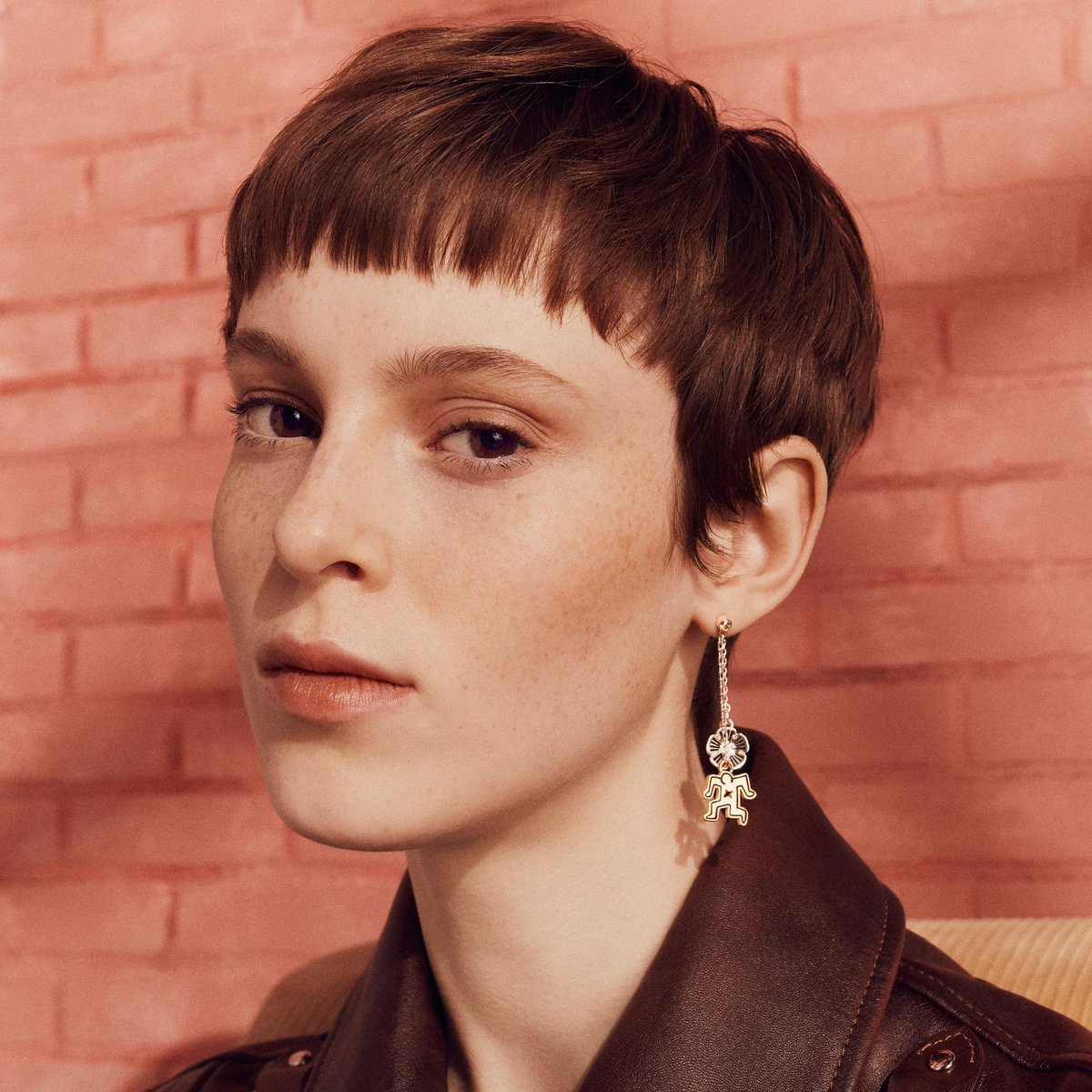 Delicate Tea Roses mingle with #KeithHaring characters in pair of earrings that not only sparkle, but pop. #CoachxKeithHAring #CoachNY  https://t.co/qlsm83294f
