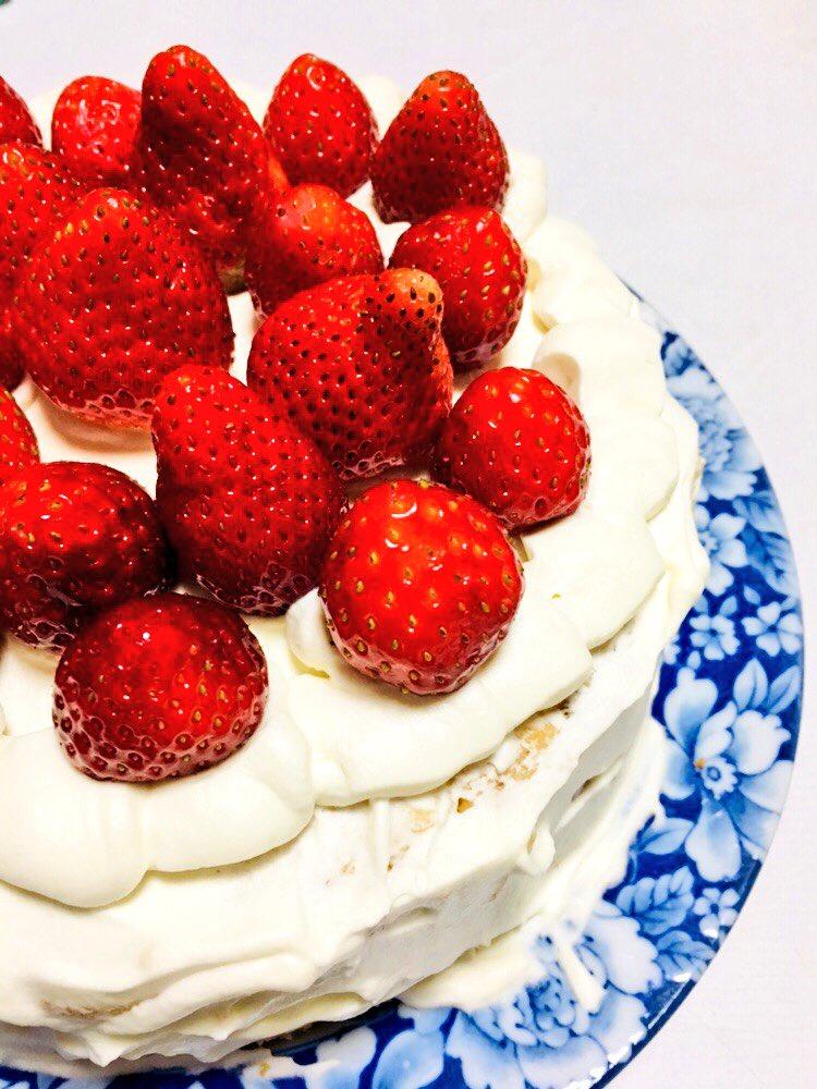 今日スポンジ焼いて(姉の旦那の誕生日)ケーキつくったんだけど、いちご乗っけてって...