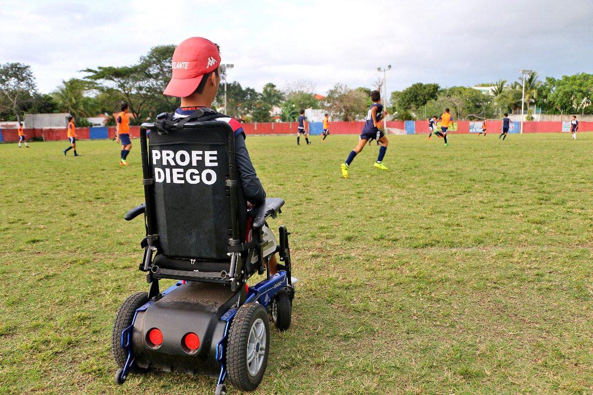 El cancunense, Diego Rebolledo es DT de las fuerzas básicas de @Atlante y su discapacidad NUNCA ha sido obstáculo. Su meta es ser el primer DT en @LIGABancomerMX en silla de ruedas. Ayúdenme con un RT para que más gente lo conozca 🙏🏾