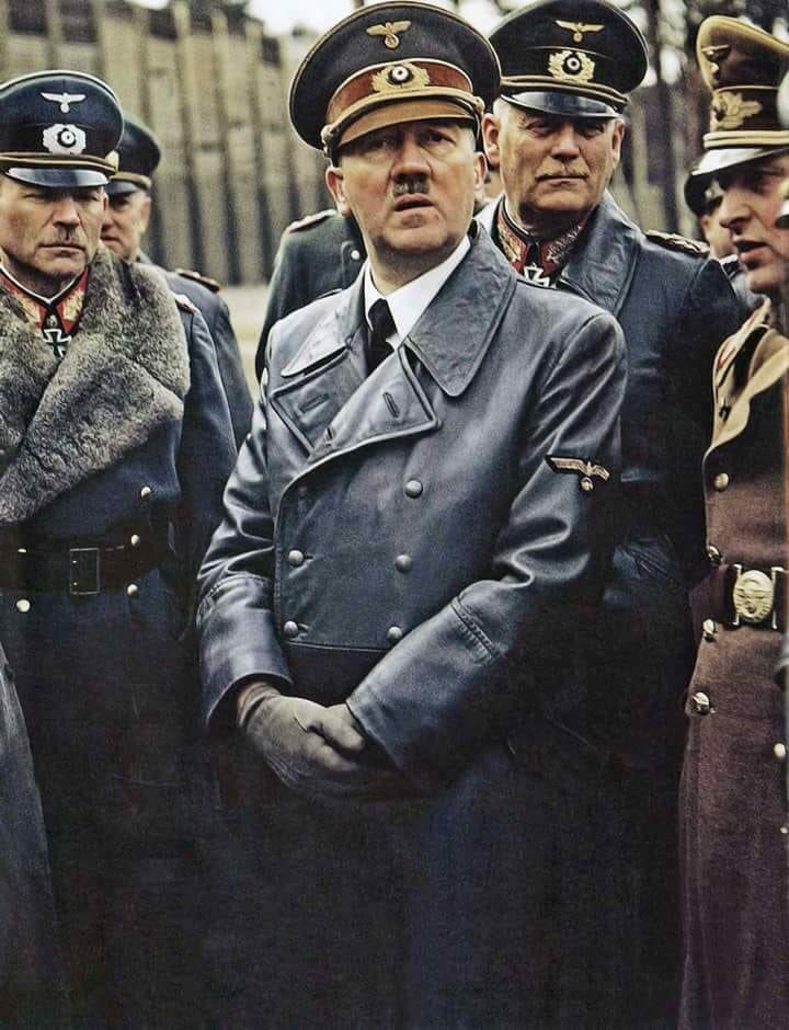 """Fotos de Fatos på Twitter: """"Adolf Hitler, acompanhado por Heinz Gudarian e  Wilhelm Keitel, percorrendo as instalações de teste para ver a arma  ferroviária gigante, o """"Dora"""", 19 de março de 1943."""