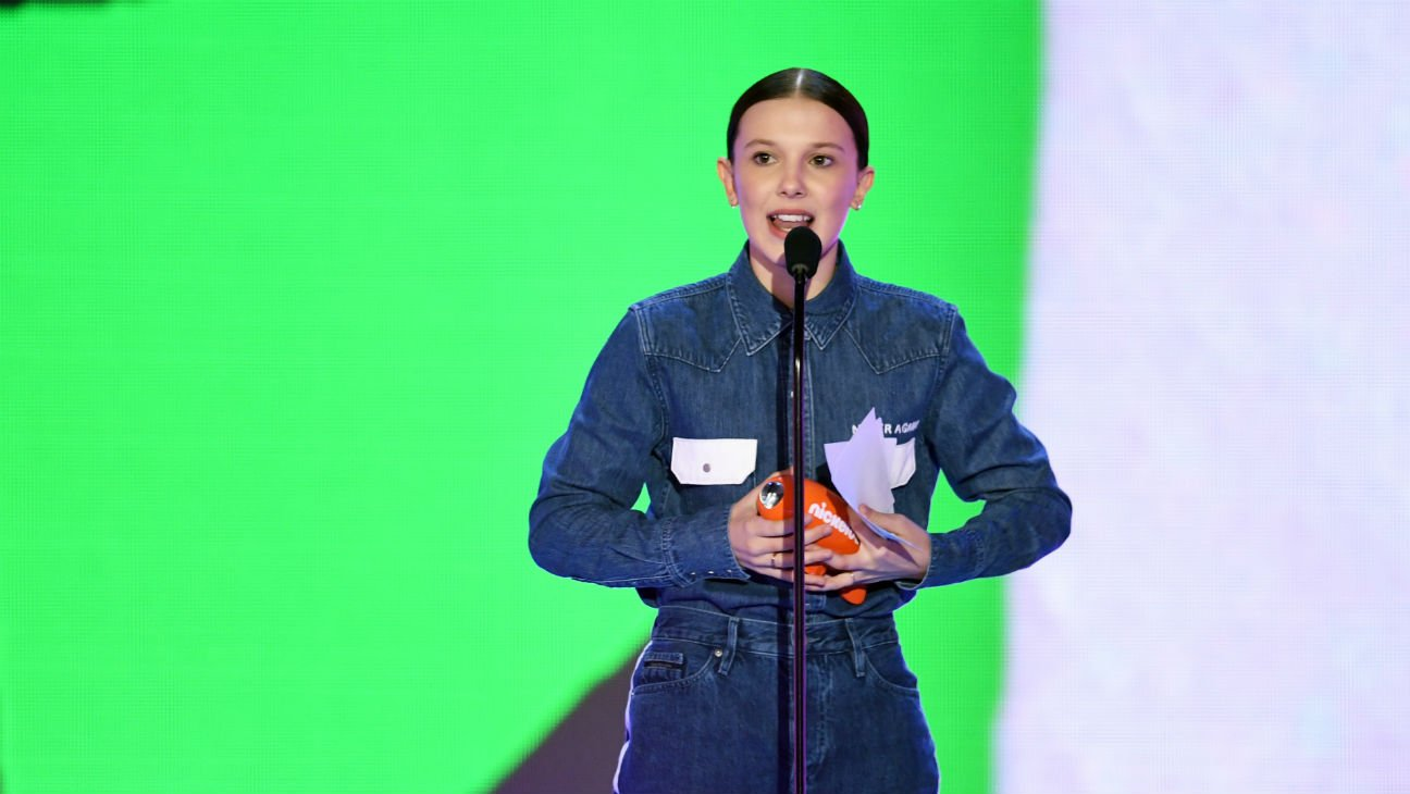 .@MillieBBrown honors Parkland victims at #KidsChoiceAwards https://t.co/pYETteUAop https://t.co/HLntA3BW6k