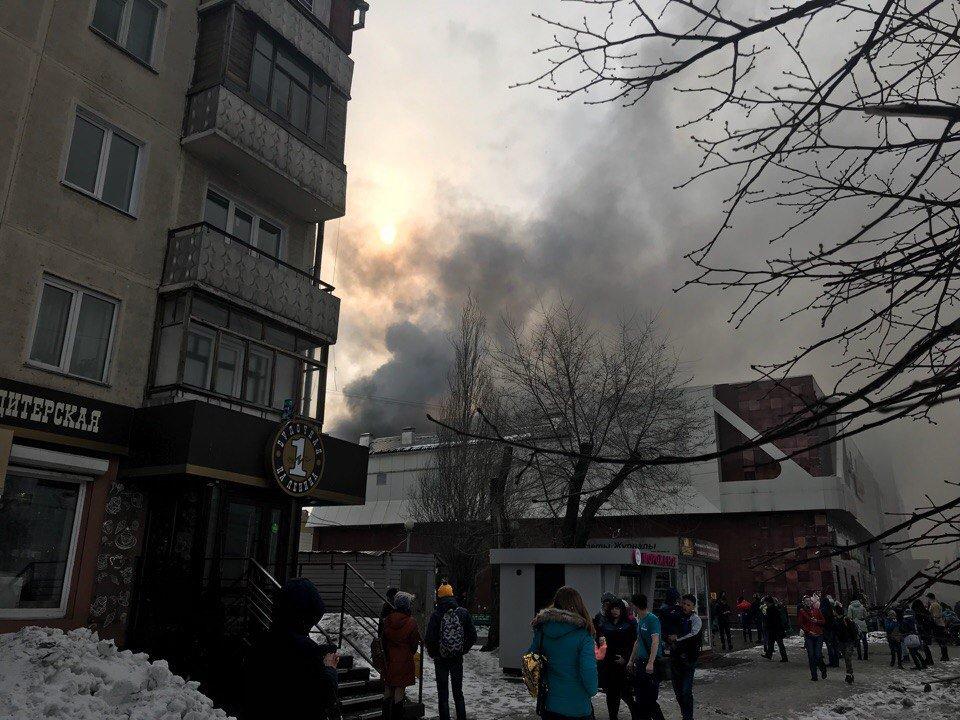 Cuatro muertos tras un incendio en un centro comercial de la ciudad rusa de Kémerovo DZIGa-QW4AE1yuS