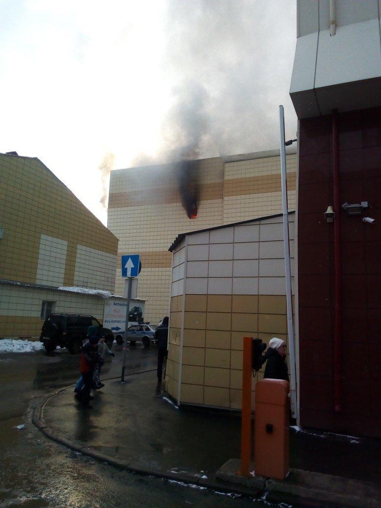 Cuatro muertos tras un incendio en un centro comercial de la ciudad rusa de Kémerovo DZIGa-SW4AALLY5