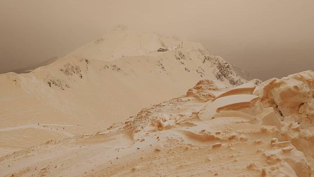 This is bizarre: African dust turns #snow orange in eastern Europe. https://t.co/IHK5K6MyJn