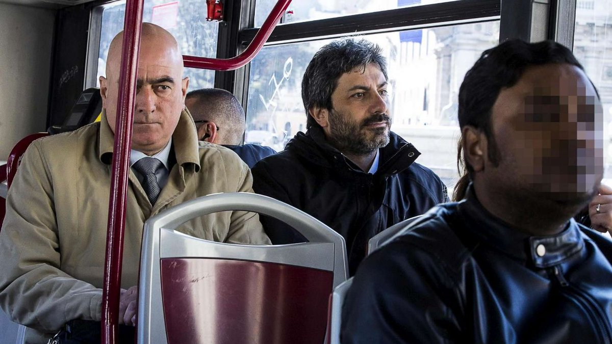 Roma, Fico arriva a Montecitorio con l'autobus #fico https://t.co/IDS3M2fUcQ