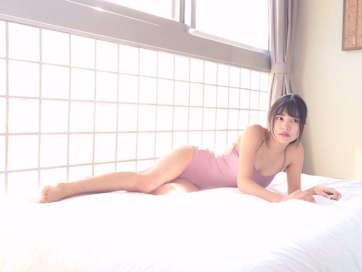 ベッドで横になる松永有紗