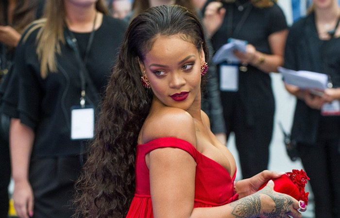 Et c'est tour de #Rihanna de tomber le haut (PHOTO) https://t.co/ckUGW1A4WA