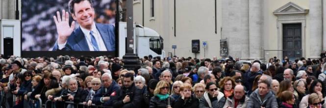 L'ultimo saluto a Fabrizio #Frizzi Folla e maxi-schermi a #Roma https://t.co/DheQlCcwKm
